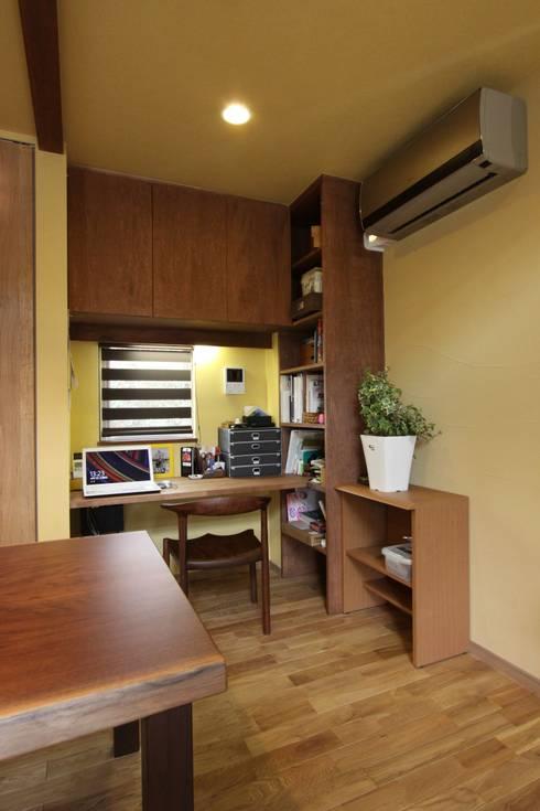 ナチュラルスタイルでゆったり暮らす: アトリエグローカル一級建築士事務所が手掛けた書斎です。