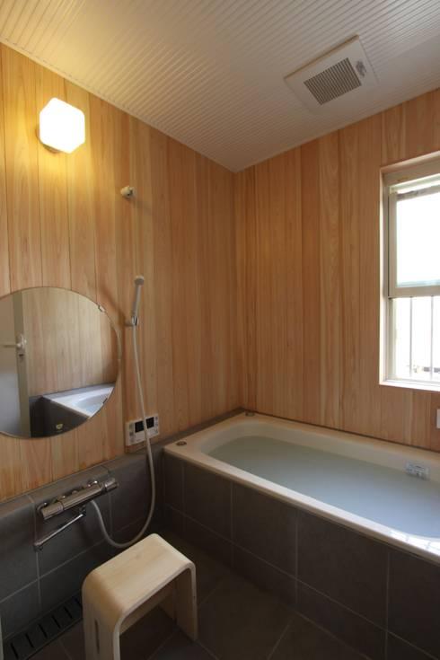 ナチュラルスタイルでゆったり暮らす: アトリエグローカル一級建築士事務所が手掛けた浴室です。