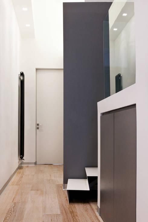 Casa AeML: Ingresso & Corridoio in stile  di Maria Eliana Madonia Architetto