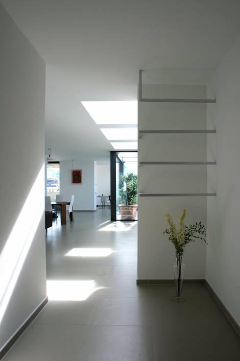 Casa GM: Ingresso & Corridoio in stile  di Maria Eliana Madonia Architetto