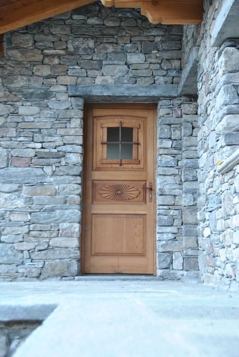 Puertas y ventanas de estilo rústico por Sangineto s.r.l