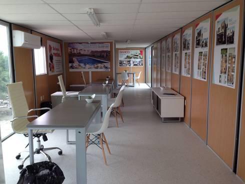 Oficina de ventas: Oficinas y tiendas de estilo  por Xarzamora Diseño