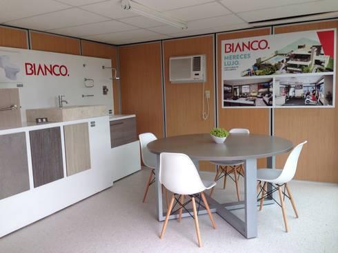 Sala de juntas y showroom: Oficinas y tiendas de estilo  por Xarzamora Diseño