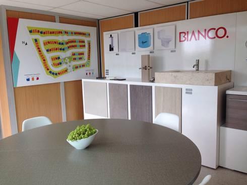 Showroom de acabados: Oficinas y tiendas de estilo  por Xarzamora Diseño