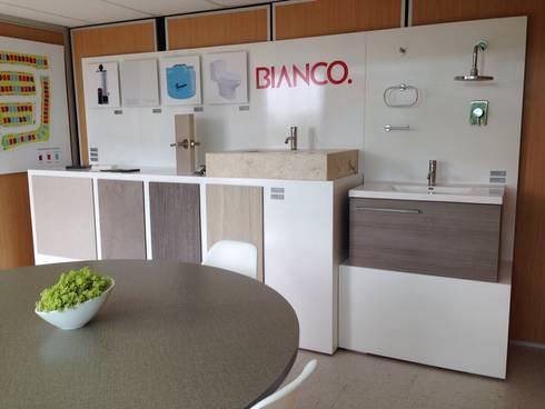 Showroom: Oficinas y tiendas de estilo  por Xarzamora Diseño