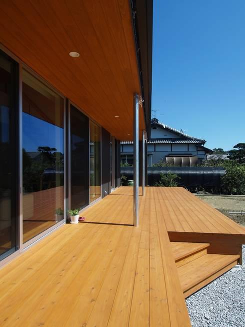 右松の家: ai建築アトリエが手掛けたテラス・ベランダです。