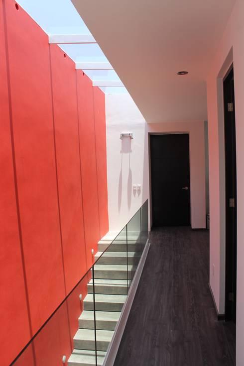 Casa Querétaro: Pasillos y recibidores de estilo  por Farquitectos