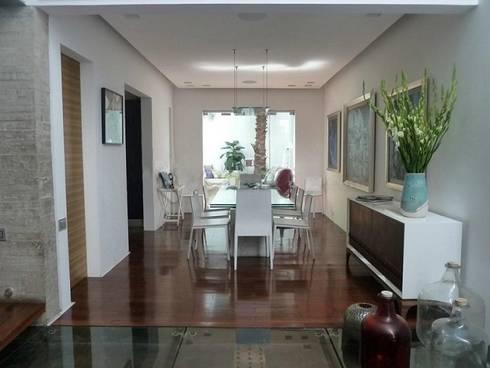 Casa Parral 62: Comedores de estilo moderno por simbiosis ARQUITECTOS