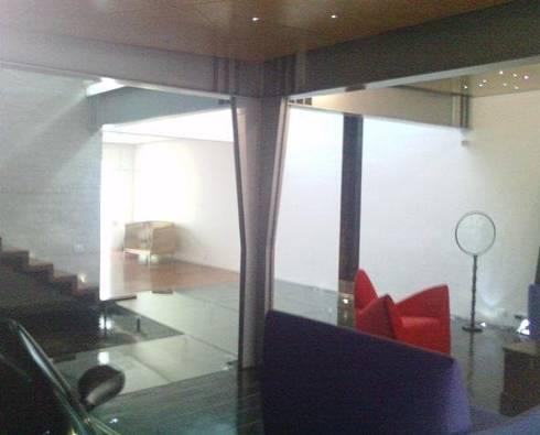 Casa Parral 62: Salas de estilo moderno por simbiosis ARQUITECTOS