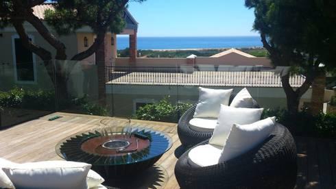 PRIVATE RESIDENCE - VALE DO LOBO, ALGARVE - PORTUGAL: Varanda, marquise e terraço  por GlammFire