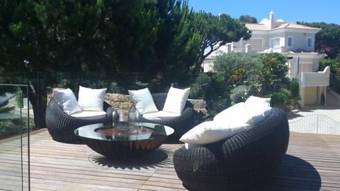 PRIVATE RESIDENCE – VALE DO LOBO, ALGARVE – PORTUGAL: Varanda, marquise e terraço  por GlammFire
