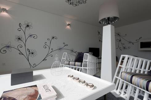 PRIVATE RESIDENCE IN OPORTO, PORTUGAL: Sala de estar  por GlammFire