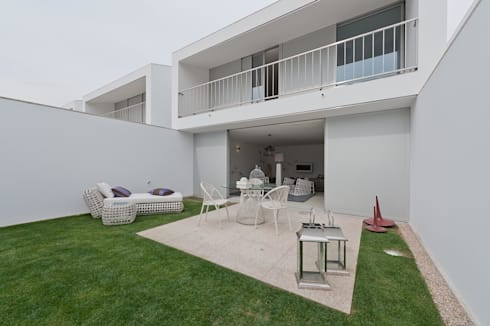 PRIVATE RESIDENCE IN OPORTO, PORTUGAL: Varanda, marquise e terraço  por GlammFire