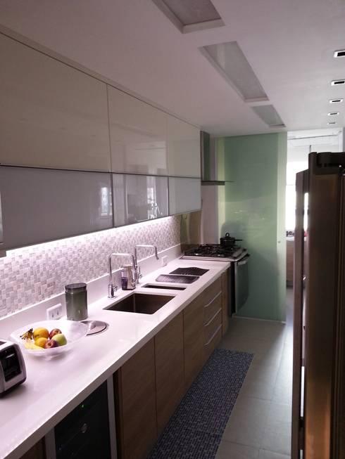 Detalhes da cozinha.: Cozinhas modernas por Lucio Nocito Arquitetura e Design de Interiores