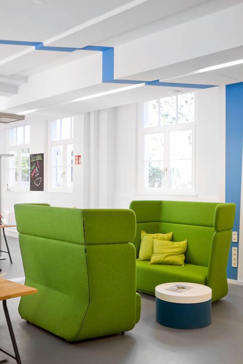 Simplesurance GmbH: moderner Multimedia-Raum von Sabine Oster Architektur & Innenarchitektur (Sabine Oster UG)