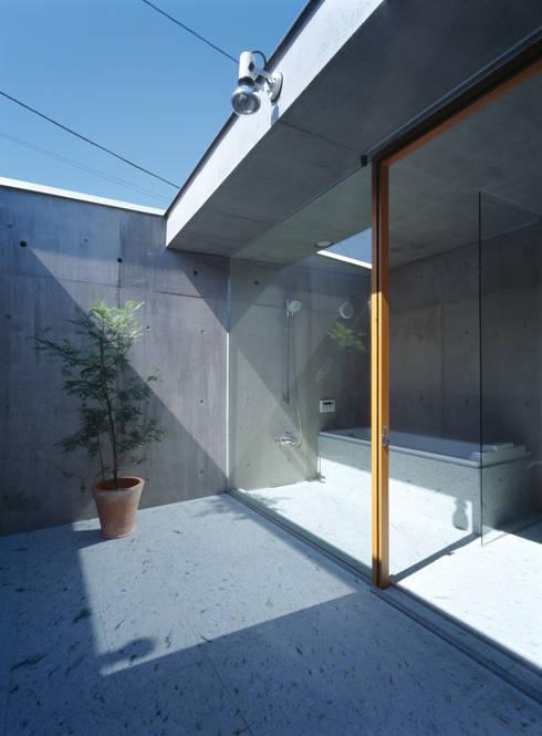 Casas de banho modernas por 桐山和広建築設計事務所