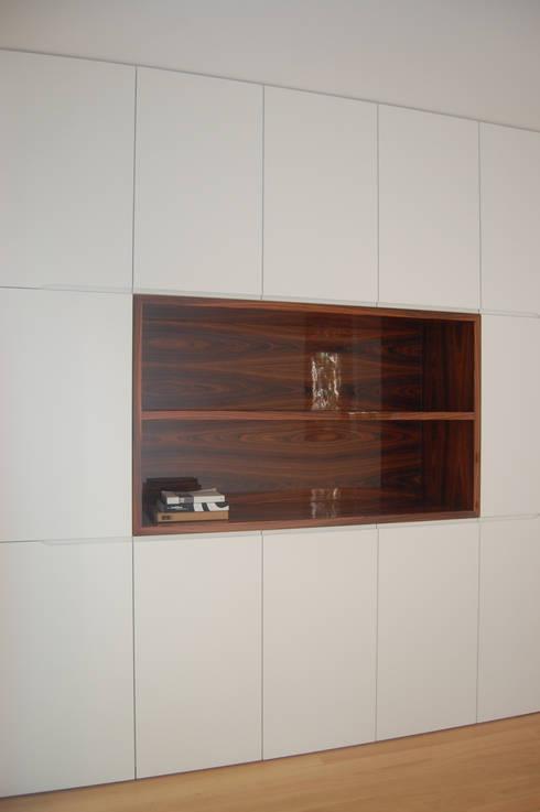 Office cabinet: Escritório  por KUUK