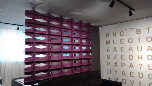 Showroom Joinville: Salas de estar modernas por Cembrani móveis