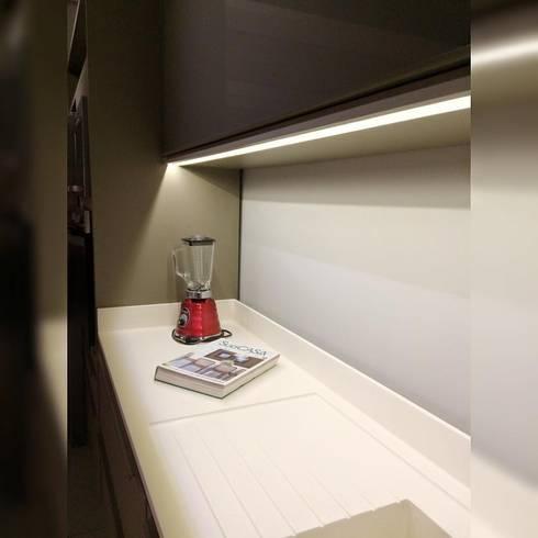 Showroom Joinville: Cozinhas modernas por Cembrani móveis