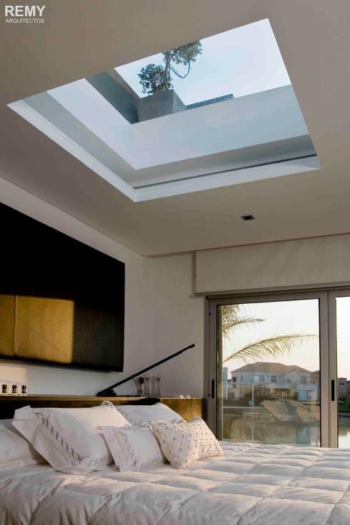 Casa de la Cascada: Dormitorios de estilo moderno por Remy Arquitectos