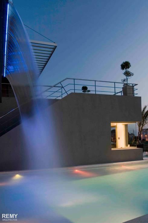 Casa de la Cascada: Piletas de estilo moderno por Remy Arquitectos