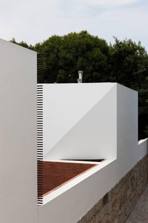 Fachada exterior: Casas minimalistas por MANUEL CORREIA FERNANDES, ARQUITECTO E ASSOCIADOS