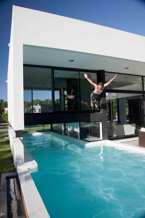 Casa Grand Bell: Piletas de estilo moderno por Remy Arquitectos