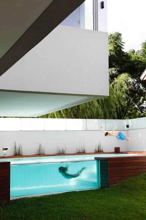 Casa Devoto: Piletas de estilo  por Remy Arquitectos