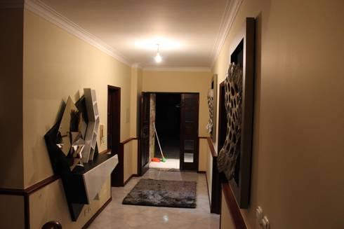 Viana do castelo : Corredor, hall e escadas  por Mobicouto Lifestyle