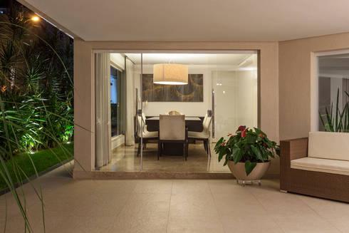 Residência Planalto: Corredores e halls de entrada  por Estela Netto Arquitetura e Design
