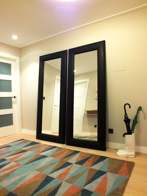 Apartamento de vacaciones en Sanxenxo, Galicia.: Pasillos y vestíbulos de estilo  de Oito Interiores