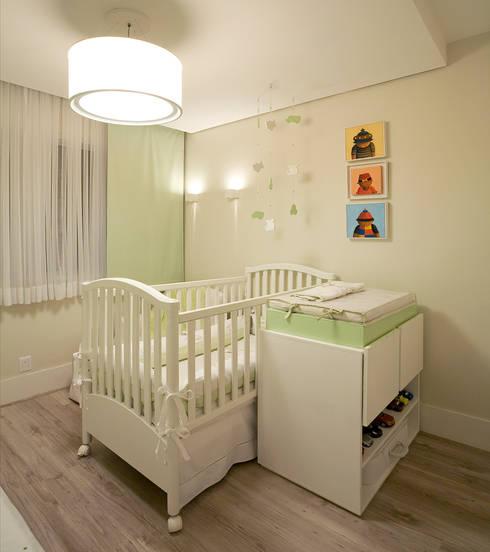 Apartamento AD: Quarto infantil  por Isabela Canaan Arquitetos e Associados
