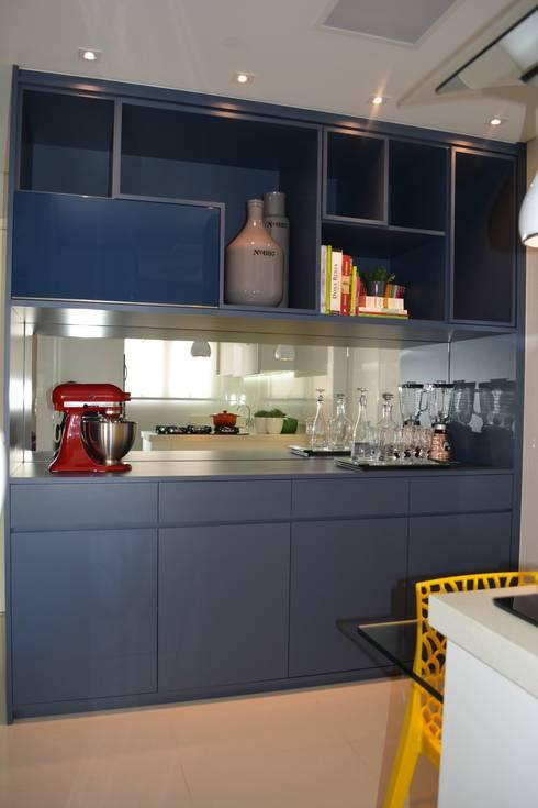 APARTAMENTO 143: Cozinhas modernas por ViKasa arquitetura e interiores