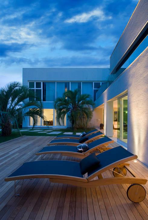 Casa Belvedere: Casas modernas por Márcia Carvalhaes Arquitetura LTDA.