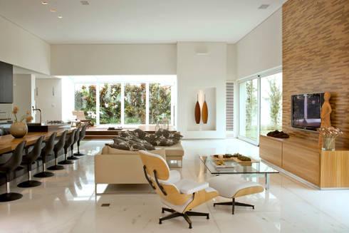 Casa Belvedere: Salas de estar modernas por Márcia Carvalhaes Arquitetura LTDA.