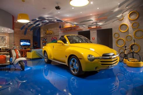 POLO DESIGN SHOW 2012 - GARAGEM DO SURFISTA: Garagens e edículas modernas por RB ARCHDESIGN