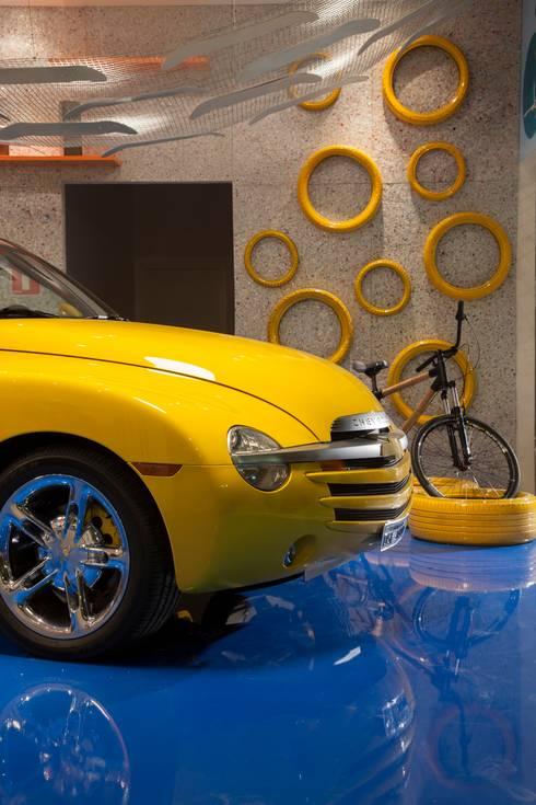 POLO DESIGN SHOW 2012 – GARAGEM DO SURFISTA: Garagens e edículas modernas por RB ARCHDESIGN