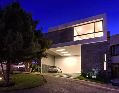Fachada Cochera: Casas de estilo moderno por ze|arquitectura