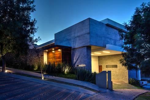 Fachada Acceso 1: Casas de estilo moderno por ze|arquitectura