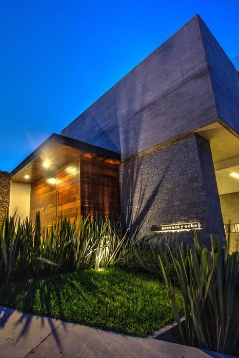 Fachada Acceso 2: Casas de estilo moderno por ze|arquitectura