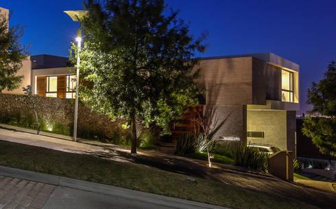 Fachada: Casas de estilo moderno por ze|arquitectura