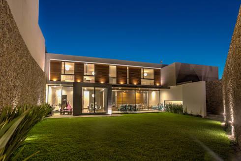 Fachada Jardín: Casas de estilo moderno por ze|arquitectura