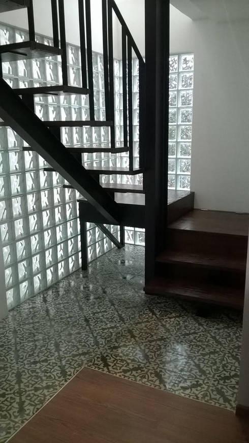 Escalera renovada: Pasillos y recibidores de estilo  por Quinto Distrito Arquitectura