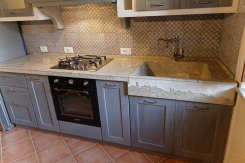 Cucina rustica con lavello e piano cucina in pietra di CusenzaMarmi ...