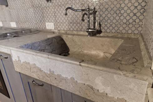 Cucina rustica con lavello e piano cucina in pietra di - Lavandino cucina in pietra ...