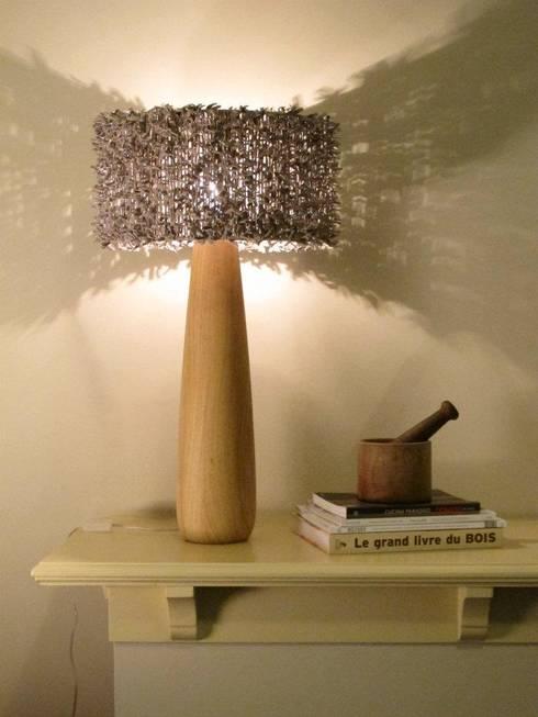 Lámparas: Livings de estilo moderno por OBJETOS LUMINOSOS