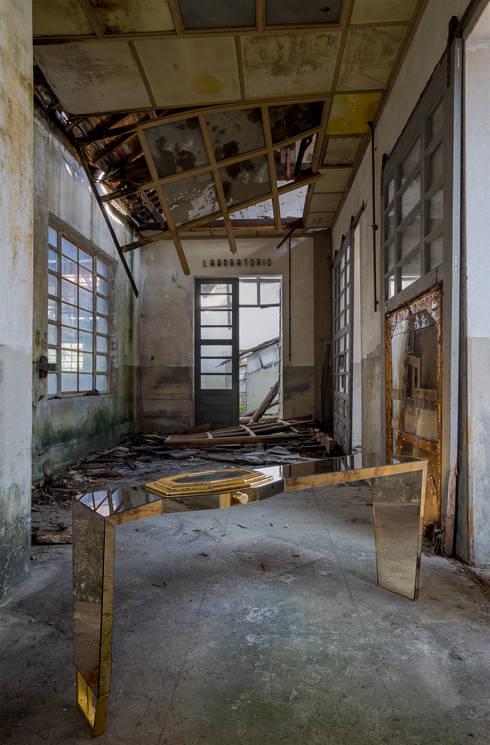 Time gold: Corredor, hall e escadas  por sergio gomes mobiliario eclectico lda