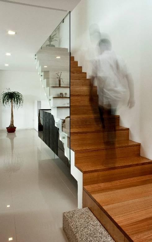Casa MS: Corredores e halls de entrada  por 136F - Arquitectos