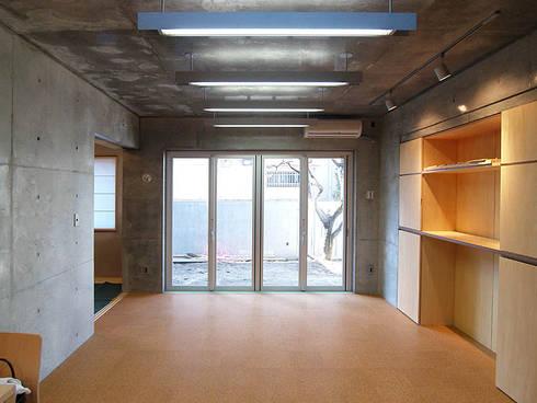 足立区K.S.邸新築工事「かきの木のあるいえ」: 柳田繁穂一級建築士事務所が手掛けたリビングです。