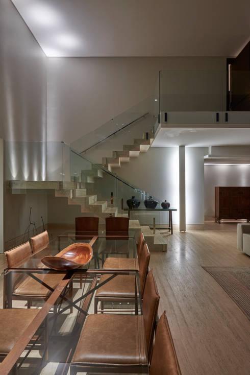 Casa Riviera : Corredores e halls de entrada  por Márcia Carvalhaes Arquitetura LTDA.